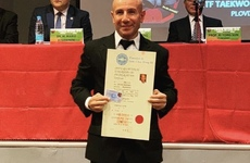 El instructor de Athletic feliz y con su diploma en mano.